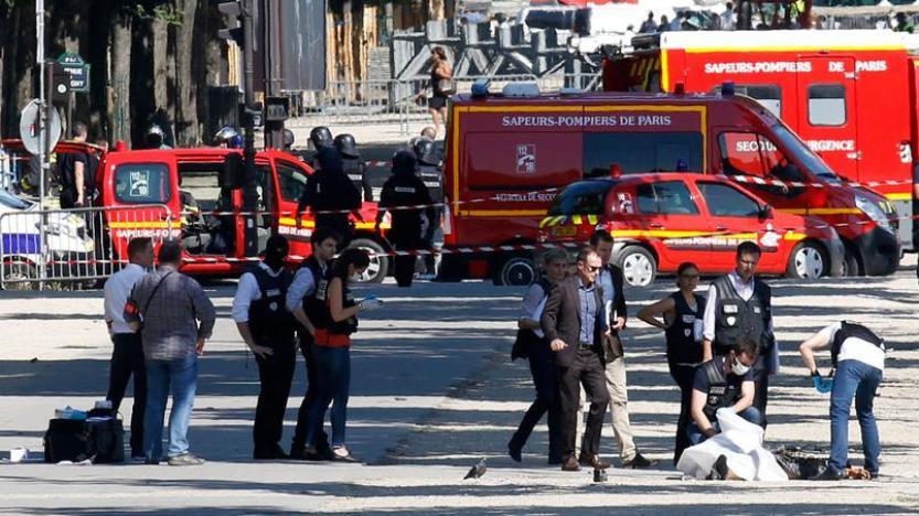 Un islamiste tente de faire exploser sa voiture sur les Champs-Élysées