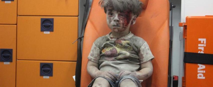 Omrane, le petit Syrien sauvé des décombres d'Alep, réapparaît sur les médias du régime