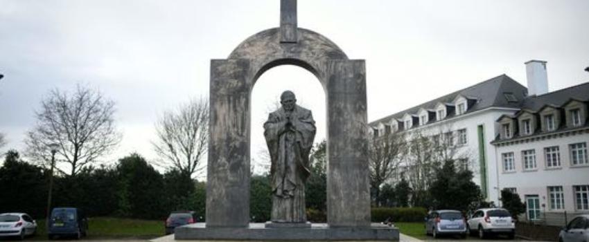 Bretagne: La statue de Jean-Paul II va devoir se séparer de sacroix