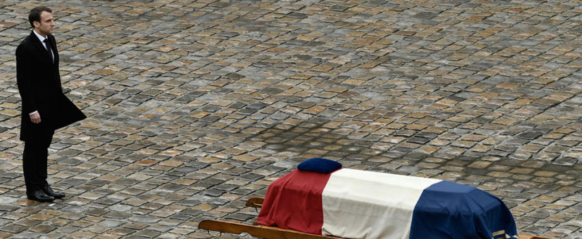 Macron face au Colonel Beltrame