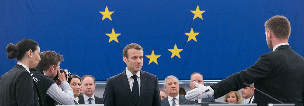 Emmanuel Macron devant le drapeau européen