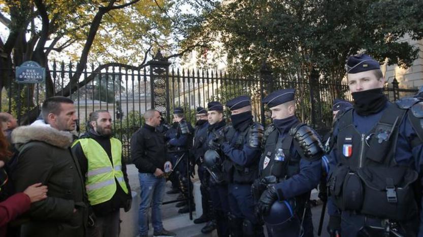 «Gilets jaunes»: Emmanuel Macron, cible et symbole de la colère