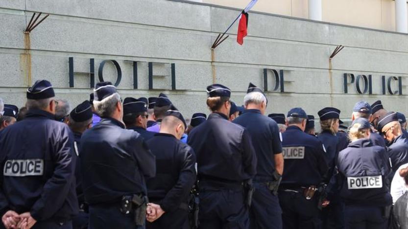 Suicides de policiers: recueillement et colère devant des commissariats
