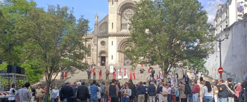 Paris: une procession en mémoire des martyrs catholiques de la Commune attaquée par des antifas