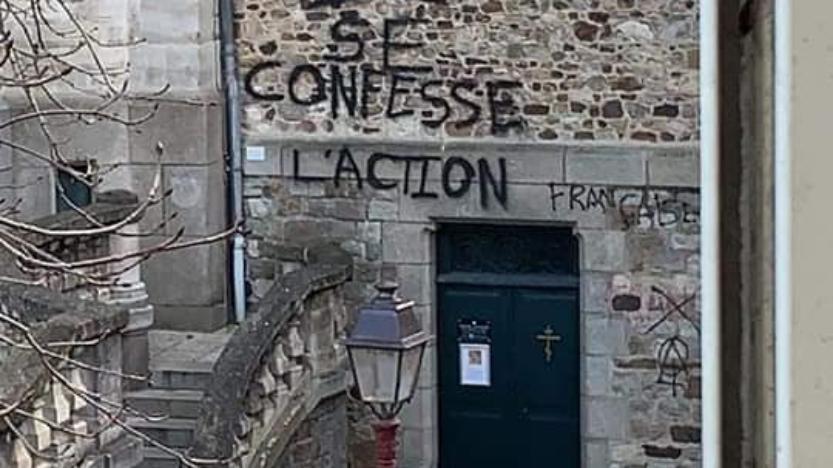 Le Mans: une église recouverte de tags hostiles à l'Action française et aux paroissiens