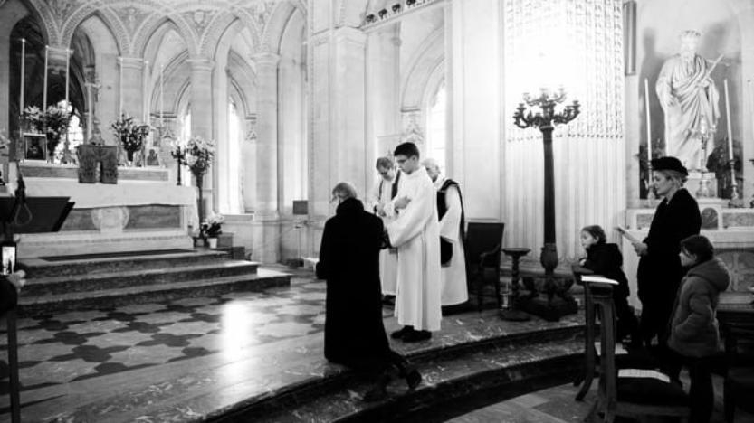 Mgr le Comte de Paris rend hommage àLouis XVI, en la chapelle royale de Dreux