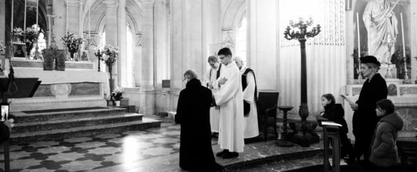 Mgr le Comte de Paris rend hommage àLouis XVI, en la chapelle royale deDreux