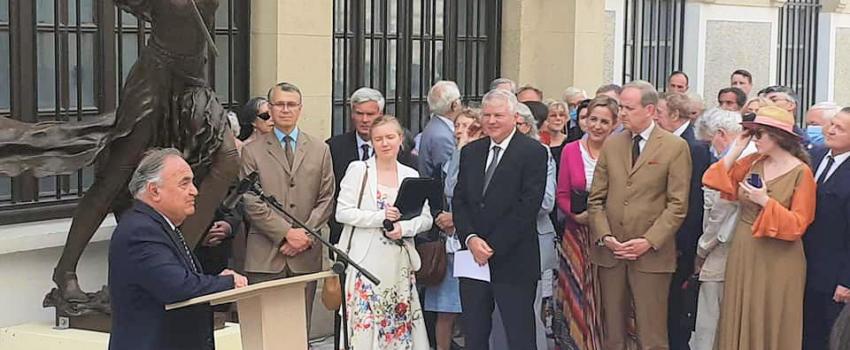Mgr le Comte de Paris présent àl'inauguration d'une statue de Jeanne d'arc près de la cathédrale russe deParis