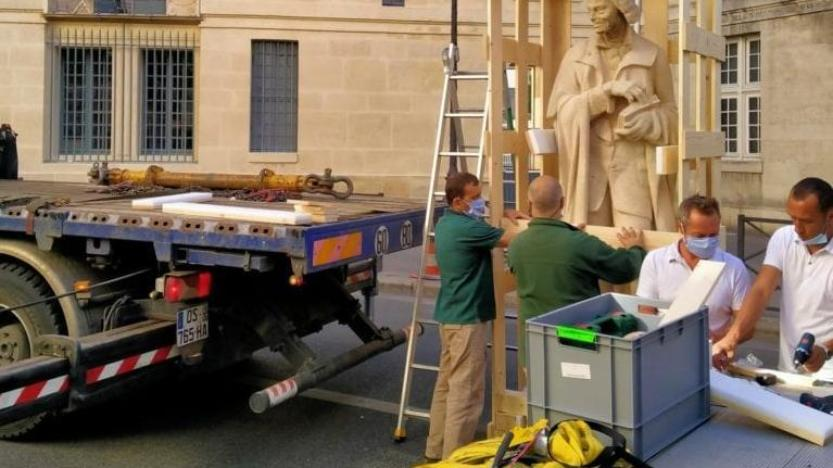 Retrait de la statue de Voltaire: le jeu trouble de la mairie deParis